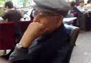 Şener Eruygur kafede...